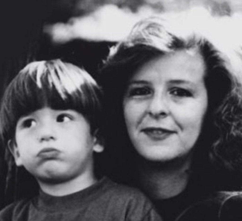 Hace 30 años, mi mamá, dio su vida por la Paz y el periodismo.  Buscando un mejor futuro para los colombianos fue asesinada por el narcotráfico.  Es mi mayor inspiración. De ella aprendí que los principios no se negocian.  #DianaTurbay https://t.co/m6YOc2bzsP