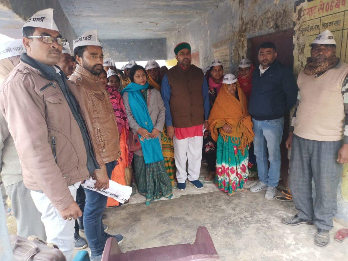 जनपद लखनऊ के मोहनलालगंज में किसान प्रकोष्ठ प्रदेश अध्यक्ष महेश त्यागी जी ने स्थानीय लोगों के साथ बैठक की साथ में जिला महासचिव अफ़रोज़ आलम मौजूद रहे।  बदली है दिल्ली बदलेंगे उत्तर प्रदेश
