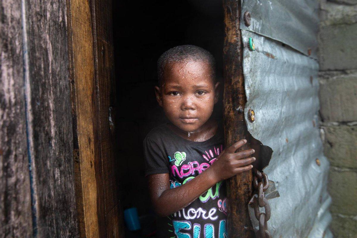 Le cyclone #Eloise a frappé le centre du #Mozambique 🇲🇿 et provoqué des inondations et des dégâts à Beira qui se remettait encore des effets dévastateurs du cyclone Idai de 2019. @UNICEF_Moz est sur le terrain et prépare une opération de secours pour aider les familles touchées.