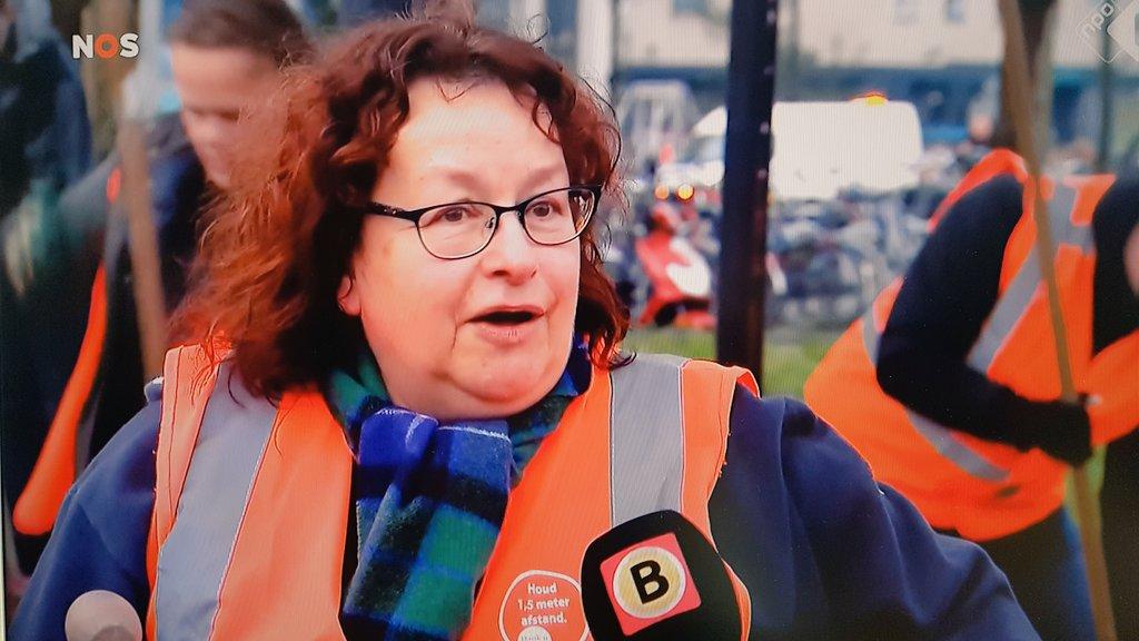 Als geboren Eindhovenaar huilde mijn hart gisteren ook en was ik kwaad. Vandaag zie ik vrijwilligers uit #Eindhoven die opstaan en hun stad weer opknappen. Prachtig initiatief.   Wij zijn met meer, zegt iemand. En zo is het! 💪👏🙏❤  #nosjournaal #avondklokrellen  #coronaprotest https://t.co/ImE9Kme0mI