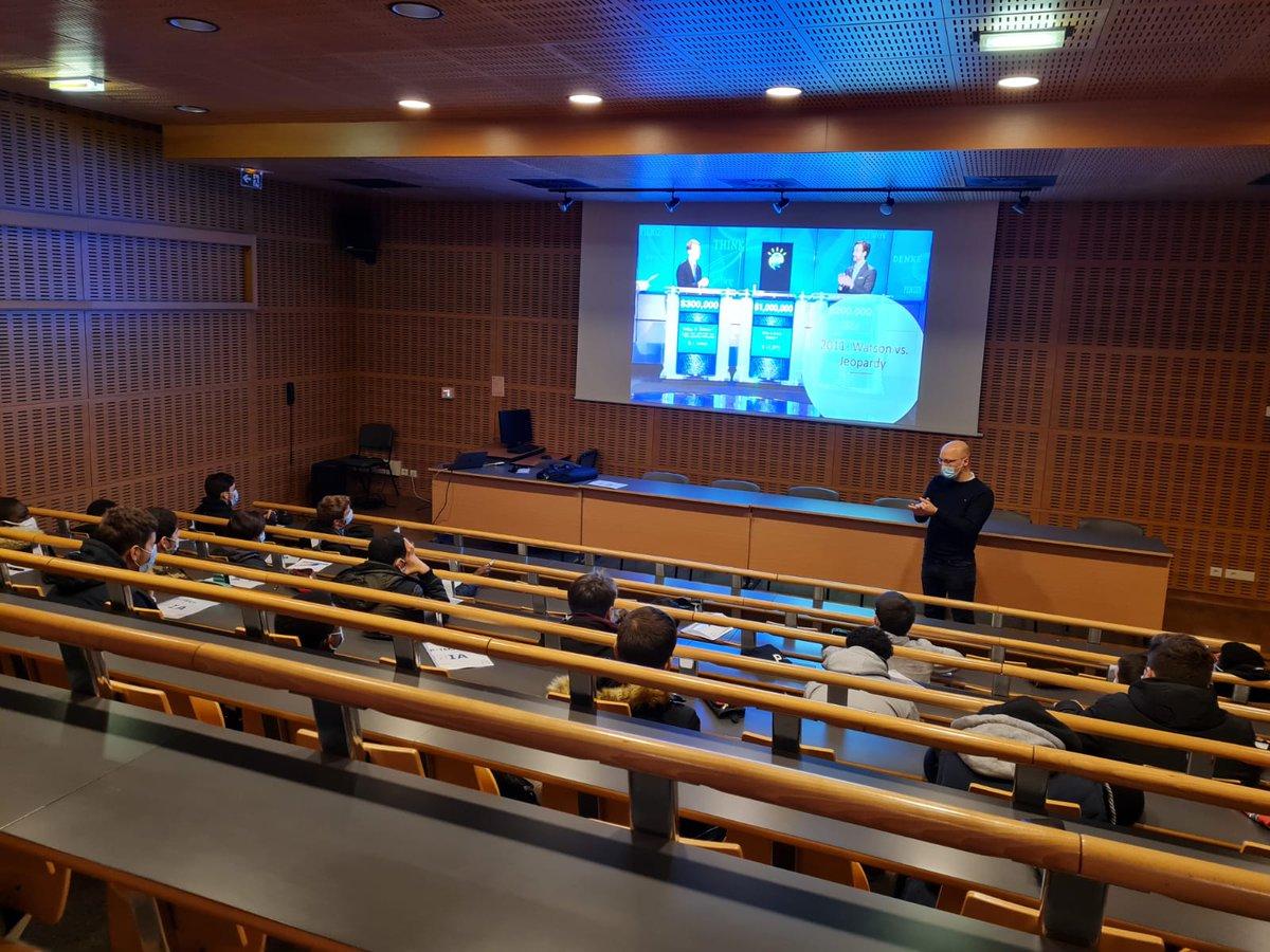 Aujourd'hui début de cette session de 6 interventions de @vperrin pour nos élèves de 2nde SN @PTECHNETWORK sur l'intelligence artificielle. Au programme : comment aider une machine à apprendre ? #WeArePTECH @acversailles @education_gouv @IBM_France