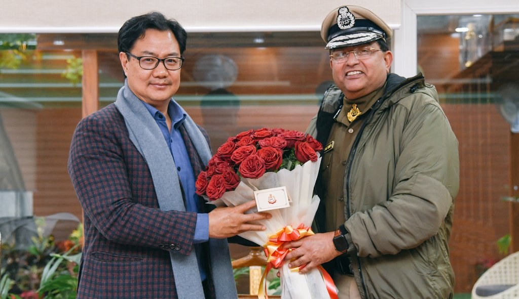 Had a fruitful discussion with DG BSF Shri Rakesh Asthana. I appreciate BSF for dedicatedly securing our borders as well as maintaining internal security and the wonderful efforts in promoting sports and fitness in the @BSF_India