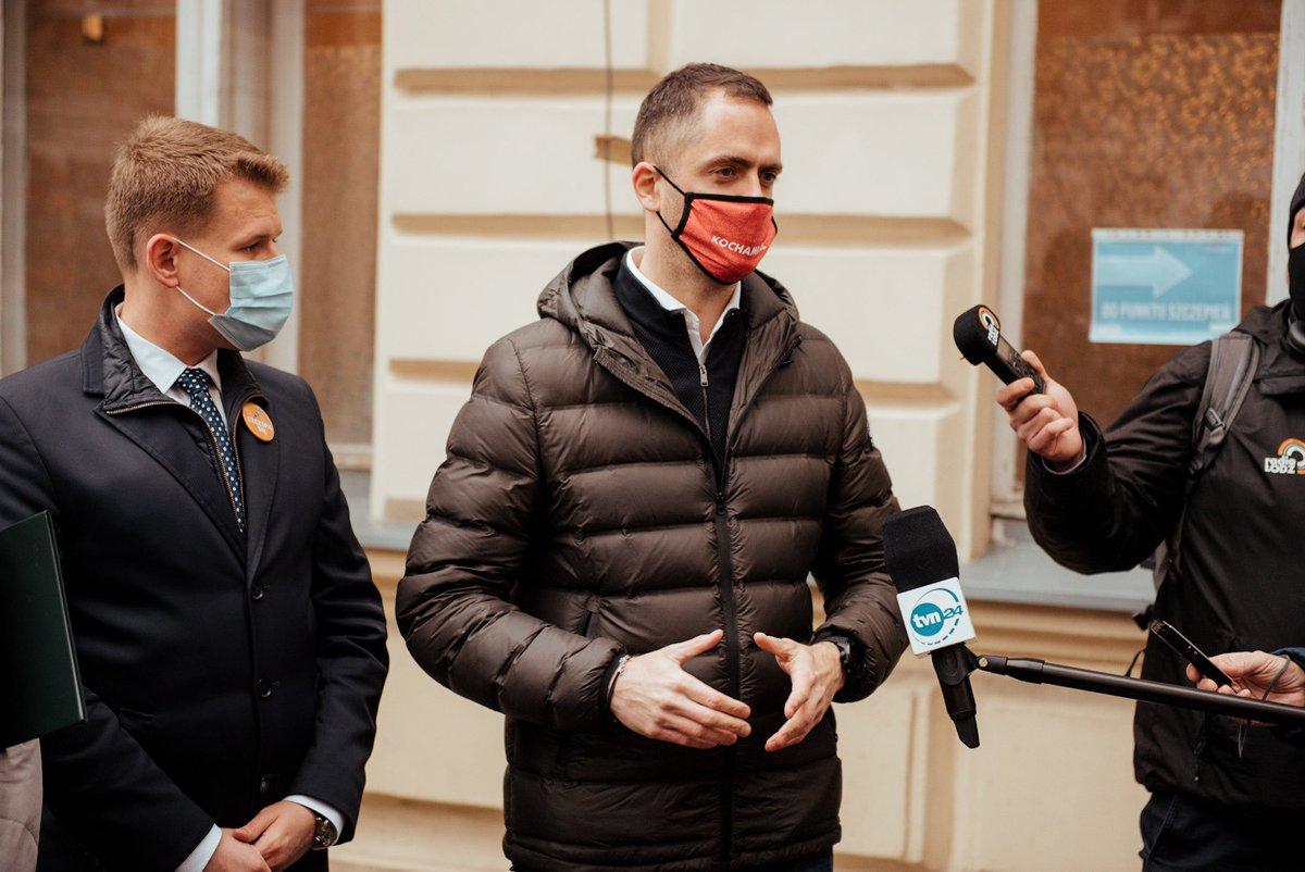 Na przygotowanie szczepień było wiele miesięcy. Zamiast tego mamy ciągły chaos. Chcemy jak najlepiej. Dlatego jako samorządowcy apelujemy do rządu: mniej propagandy, więcej dialogu. Stawką jest zdrowie i życie obywateli. 🙏 #Łódź #SzczepimySię