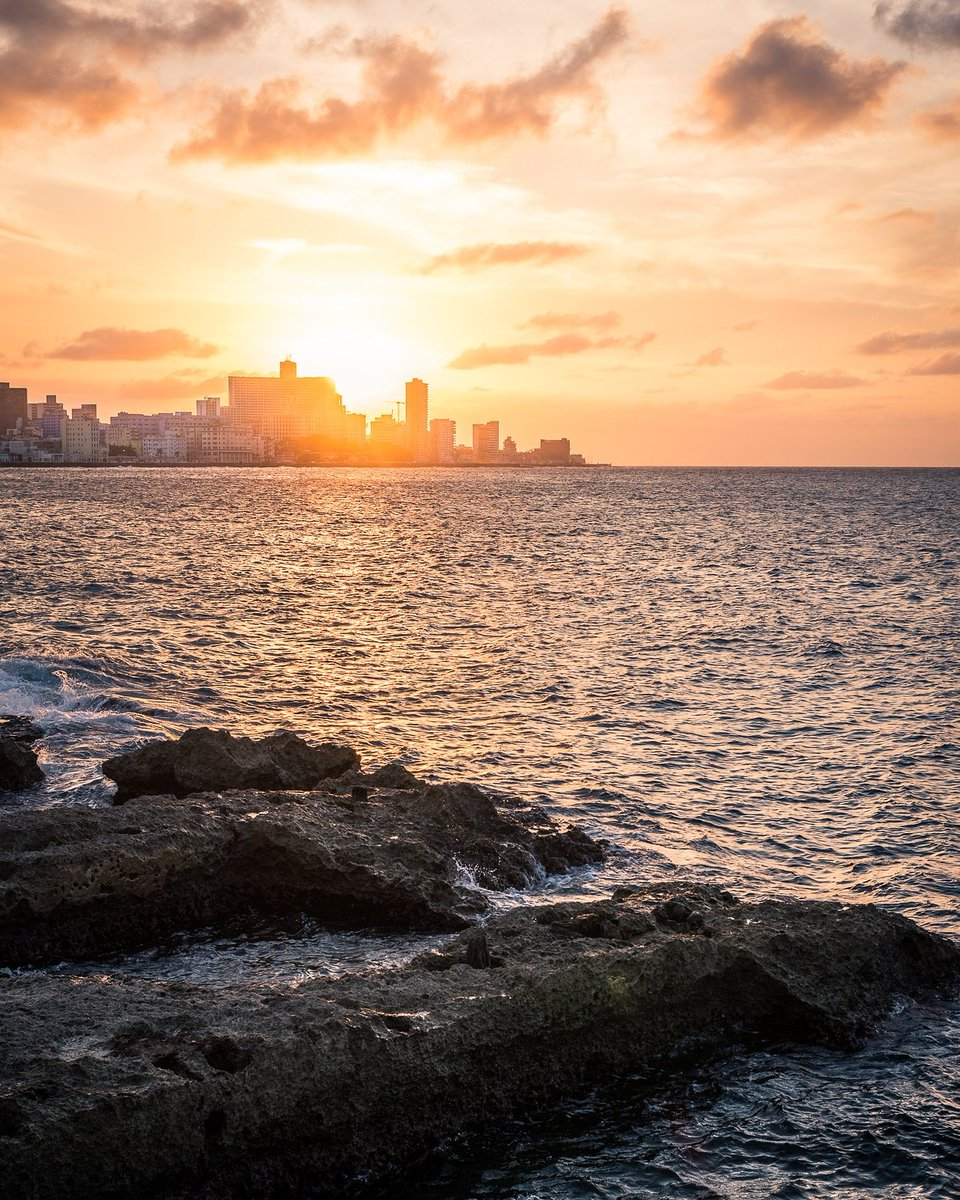 Atardecer en el Malecón de La Habana, Cuba.  #atardecer #malecon #lahabana #cuba #malecondelahabana #fotografiadeviajes #horadorada #fotodeldia #sunset #havana #travelphotography #goldenhour #picoftheday #travel #paisajeurbano #urbanlandscape