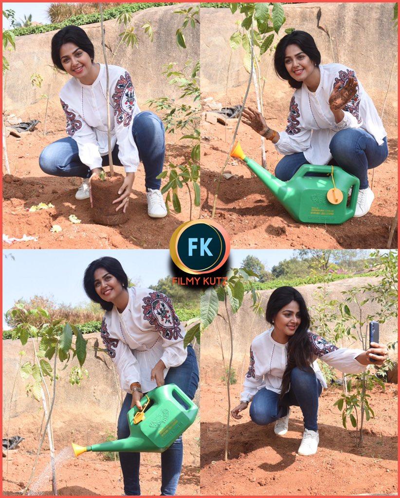 #MonalGajjar accepted #GreenIndiaChallenge and planted 3 saplings