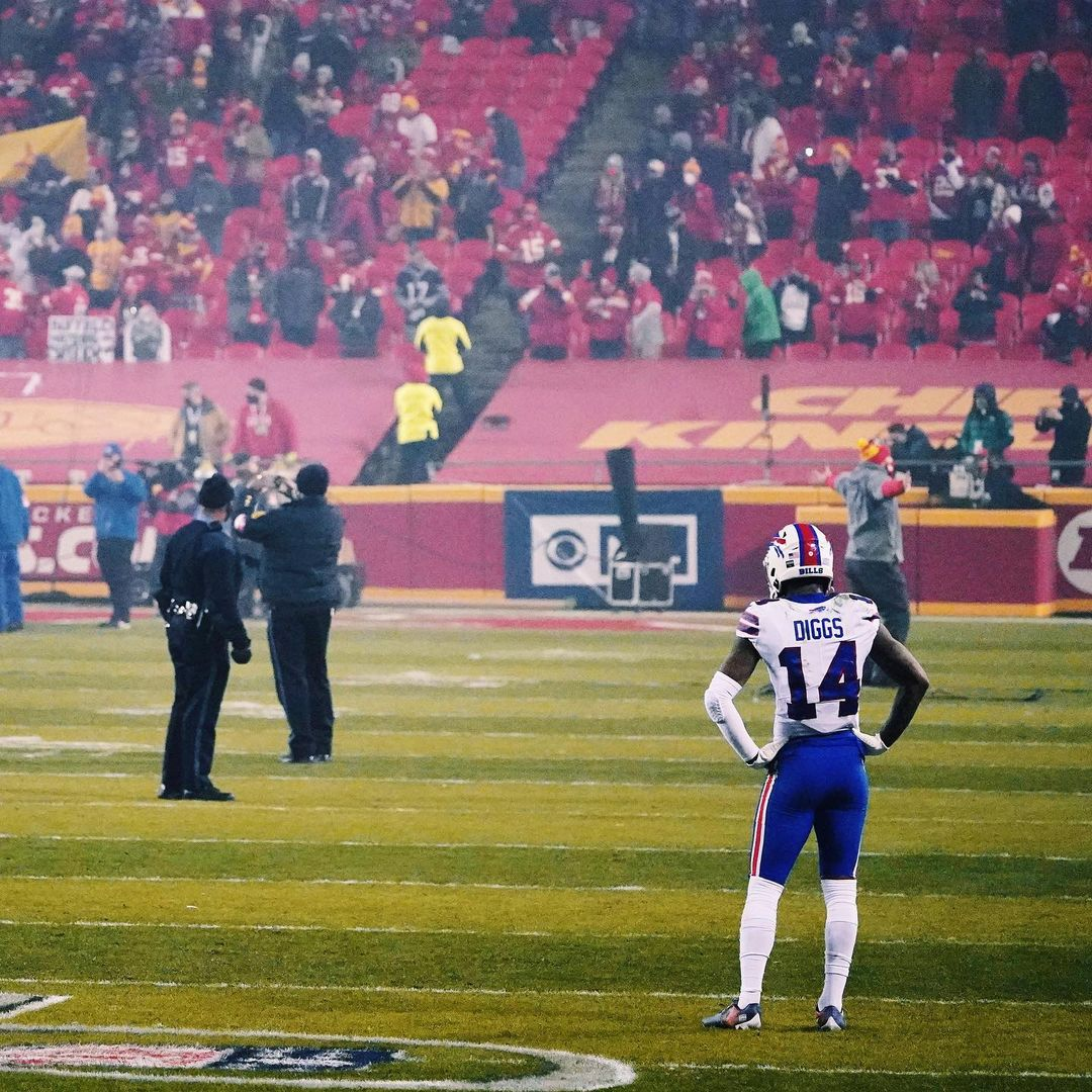 Stefon Diggs stayed on the field to watch the Chiefs celebrate their Super Bowl berth.   Earlier this month, Cincinnati CB Justin Harris watched Georgia celebrate its Peach Bowl victory.  There's always fuel 💯 @brgridiron  (via @fatherofballers)