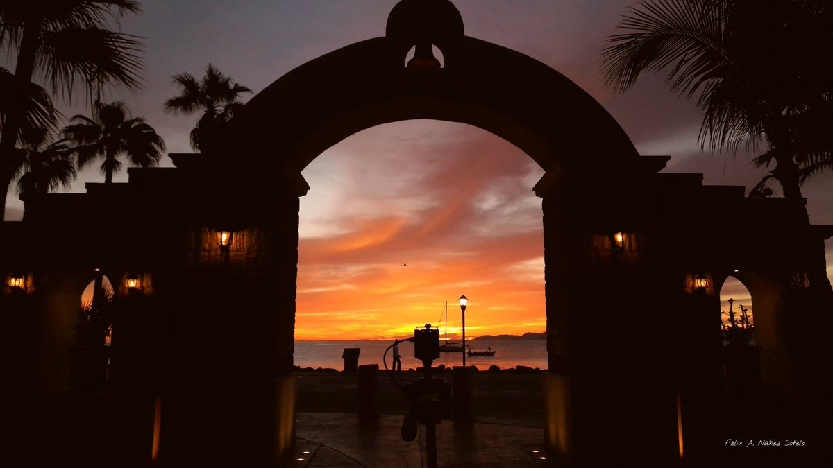 #FelizInicioDeSemana con este #amanecer desde el #Puerto de #Loreto en #BCS   Mira el video completo en   #FelizLunes #FotodelDía #picoftheday #MondayMorning #fotografía #México 🇲🇽 #timelapse