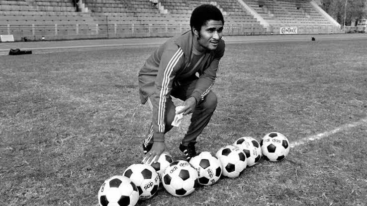 📅 El 25 de enero de 1942 nació Eusébio, el portugués 🇵🇹 conquistó 🏆🏆🏆🏆🏆🏆🏆🏆🏆🏆🏆 ligas de Portugal, 🏆🏆🏆🏆🏆 Copas de Portugal y 🏆 #ChampionsLeague con el Benfica  Fue Balón de Oro en 1968, en México 🇲🇽 jugó para Monterrey 🤠 en 1976 #PanteraNegra