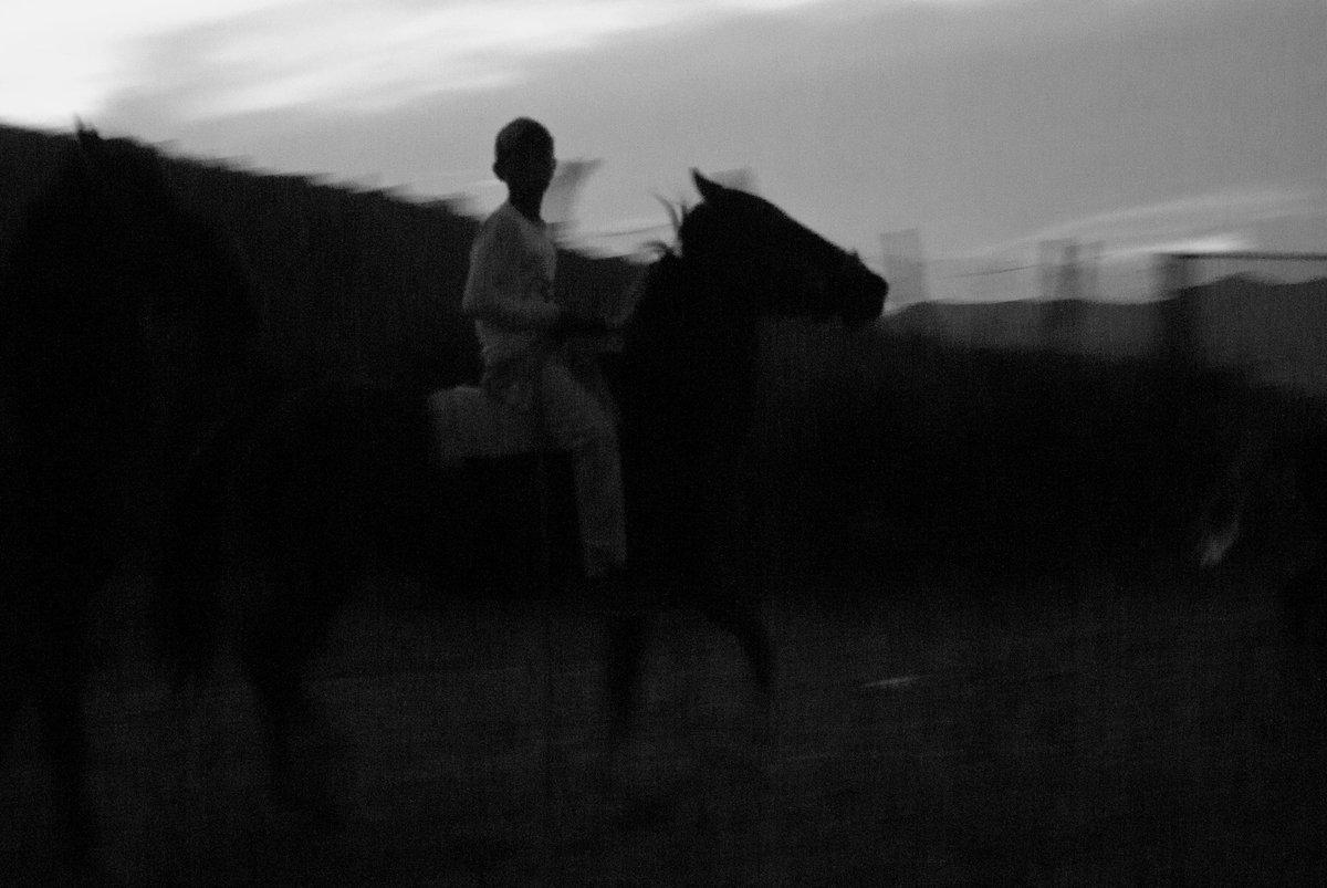 He de mover los pies con gran cautela, para no rebasar los límites del mundo y caer en la nada. He de golpear con la mano una dura puerta, para llamarme a mí misma y volver a entrar en el cuerpo. (Las Olas, Virginia Woolf) #Writer #photography #photo