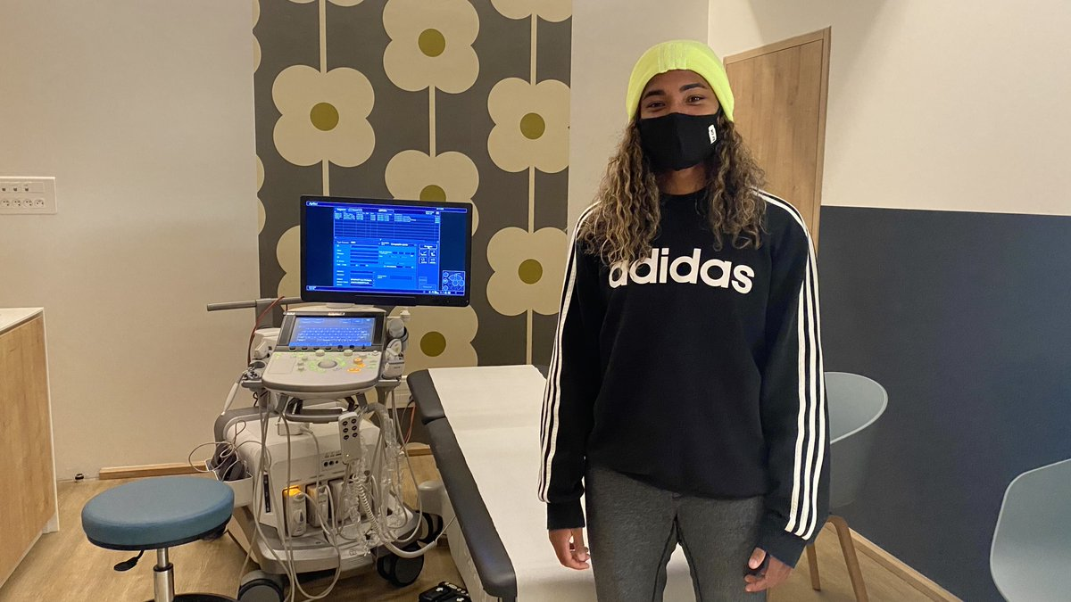 Après son arrivée à Lyon ce dimanche, notre nouvelle recrue @catarinamacario a eu l'occasion d'échanger avec le coach @JeanlucVasseur, avant de passer sa visite médicale ce lundi matin ! 📸🔴🔵  #Macario2023