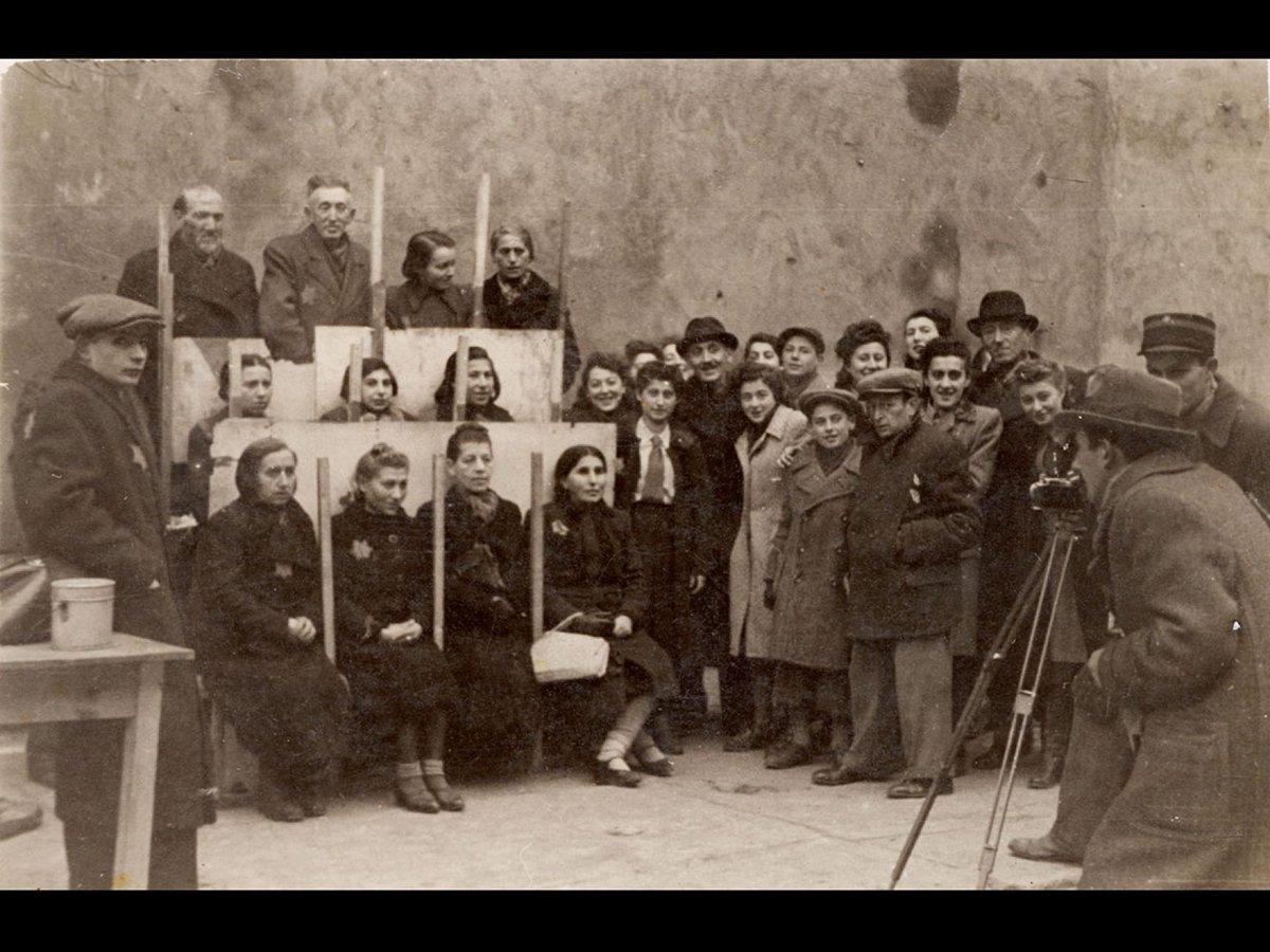 #HenrykRoss era un fotoreporter ebreo della stampa polacca, costretto, dal regime nazista, a lavorare come fotografo nel ghetto di #Lodz.   Immagini di propaganda e immagini burocratiche per i documenti degli ebrei rinchiusi,  circa 160mila (secondo solo a quello di Varsavia)⬇️