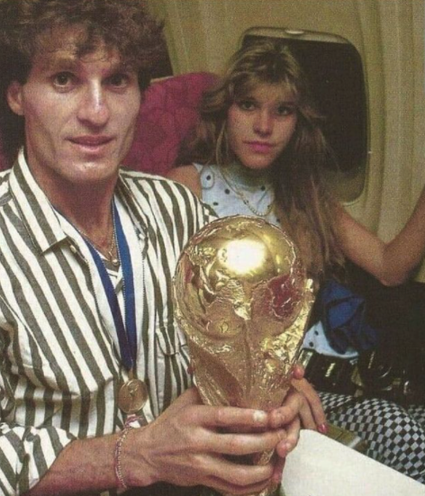 🛫🏆 Nothing like heading back home with the #WorldCup in your hands & sitting next to your partner  🇦🇷 Oscar Ruggeri was living his best life in 1986 after helping @Argentina win the #WorldCup   ¡Feliz cumpleaños!  📷 IG: ruggeri86oficial