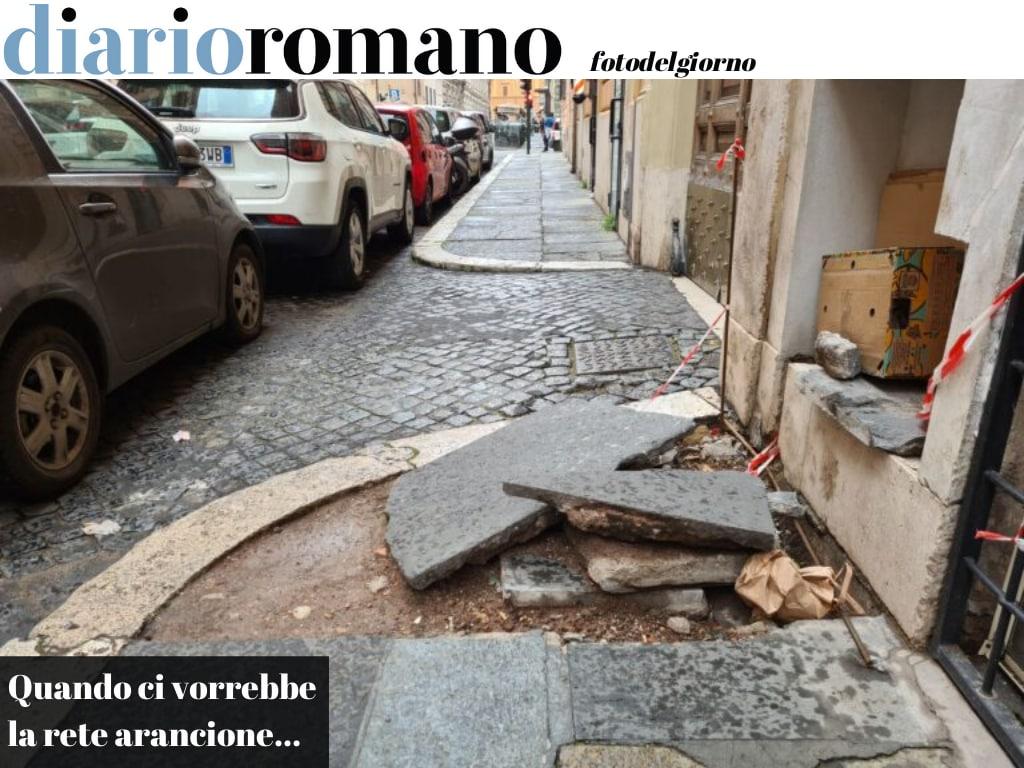 test Twitter Media - La rete pollaio sta dappertutto e qui in via Castelfidardo non c'è! Col rischio che qualcuno inciampi e si faccia male sul serio. #Roma #fotodelgiorno https://t.co/GfolNBD7Sr