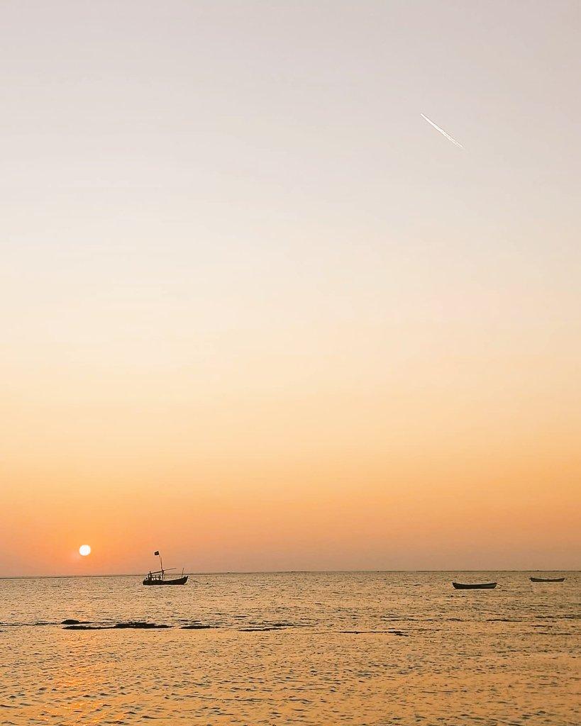 Swipe on left, see the aircraft on top of the sun! #Nature #Beach #Beautiful #Mumbai #RoadTrip #Vasai #Twitter #WeekendVibes #Weekend #Sunday #Travel #Sunset #Waves #World #Maharashtra #India #Aircraft #RepublicDay #RepublicDayIndia #RepublicDay2021 #Republic #IndianRepublicDay