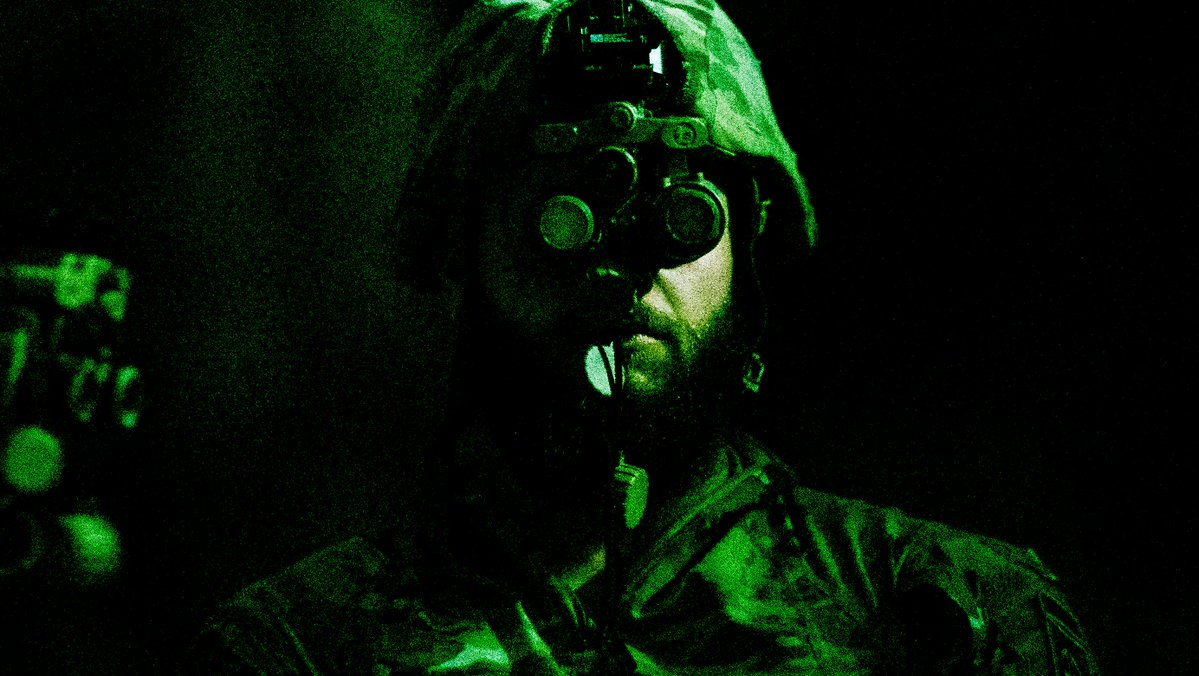 A Soldier with @82ndABNDiv's 2nd Brigade participates in new equipment training with the Enhanced Night Vision Goggle Binocular (ENVG-B) airdrop test. #NightVision | #Army | #FortBragg | #Airborne | #ArmyTech | #ArmyModernization | #ArmyReadiness | @PEOSoldier | @PEOC3T | @USArmy