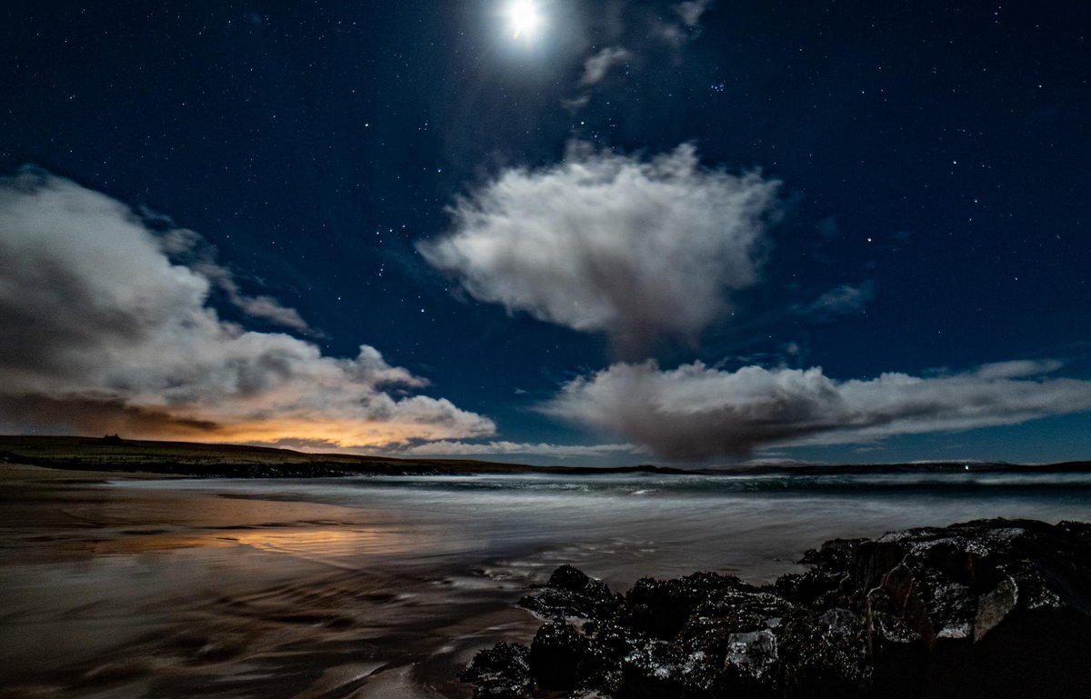 West Sandwick beach, Moon, Orion, Sullom Voe and Mars 24/1/21 #night #relax #noche #MoonLovers  📸Karl Graham