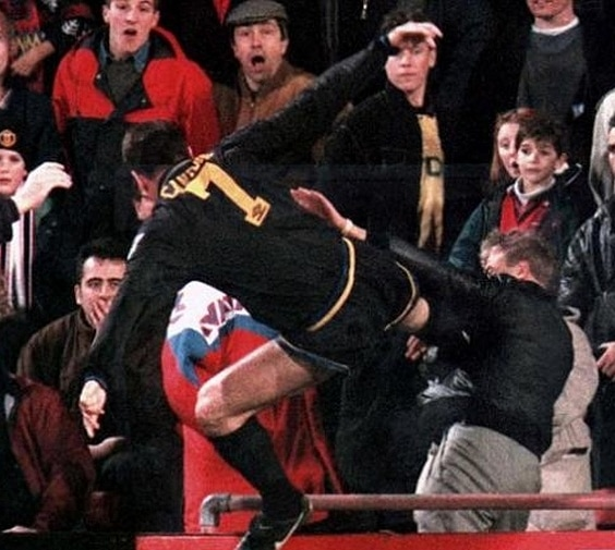 🔙 #Onthisday in 1995 Eric Cantona, after being sent off in a Premier League match against Crystal Palace, launched a kung-fu attack to a fan. What a crazy player! 😳 https://t.co/PCPUJn2Qz2