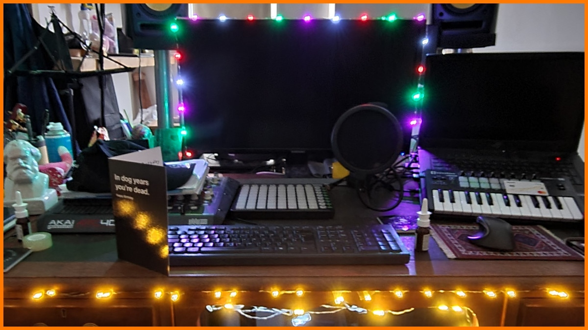 Repurposed the Christmas lights to give the studio some vibes!  ......I think Ashema might just get studio lights..... lol  Come show us your setups in our Discord!    #MondayMusic #MondayMotivation
