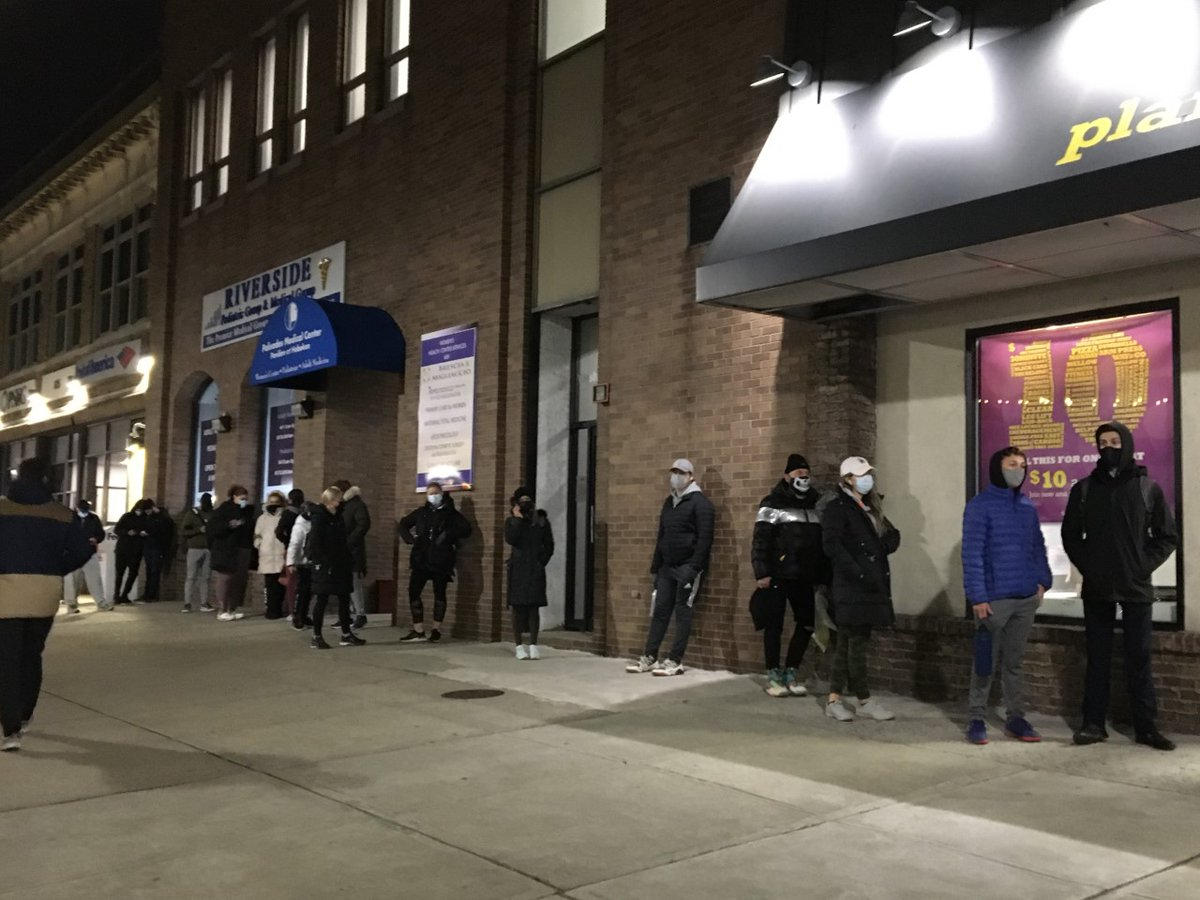 Desperate for a pandemic workout? Patrons wait in 35 degree weather to get into a distancing Planet Fitness; 30 minutes to get from the back of the line to the front. (6:30 p.m., Hoboken, NJ, USA) @PlanetFitness #PlanetFitness #gymlife #workout #pandemic #coronavirus #COVID