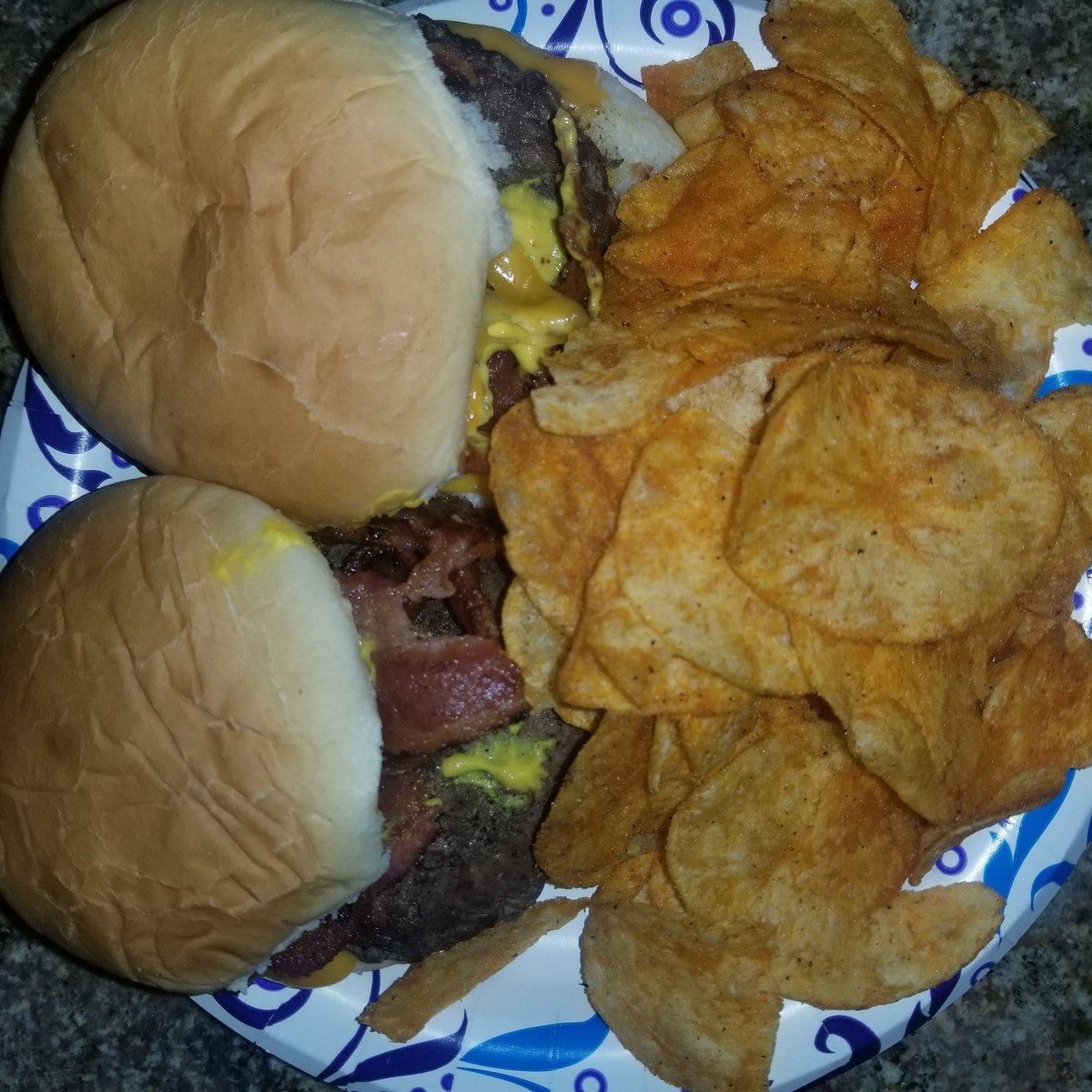 #bacon #cheeseburger https://t.co/kq6dmryOij