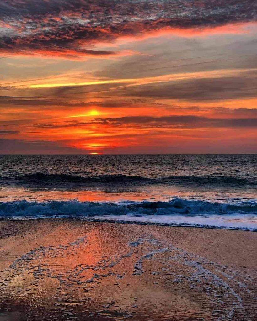 #Beach #Sand #Sea #Ocean #Weaves #Sunset #Clouds #Sky #SunsetLover #AmazingPictures #Atardecer #Anochecer #BeautifulPlaces #LugaresMaravillosos