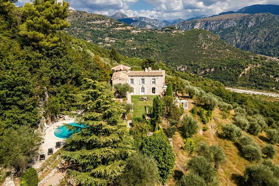 Knight Frank — Founded in 1896 ◌ UK Estate Agency ◌ ❝ This exceptional #Chateau located on the hills of #Nice, at heart of the #rural Côte d'Azur, has been beautifully restor... ❞ ◌    ➥ Knight Frank 🗞️ #UK #RealEstate ◌ Good choices👌🏻