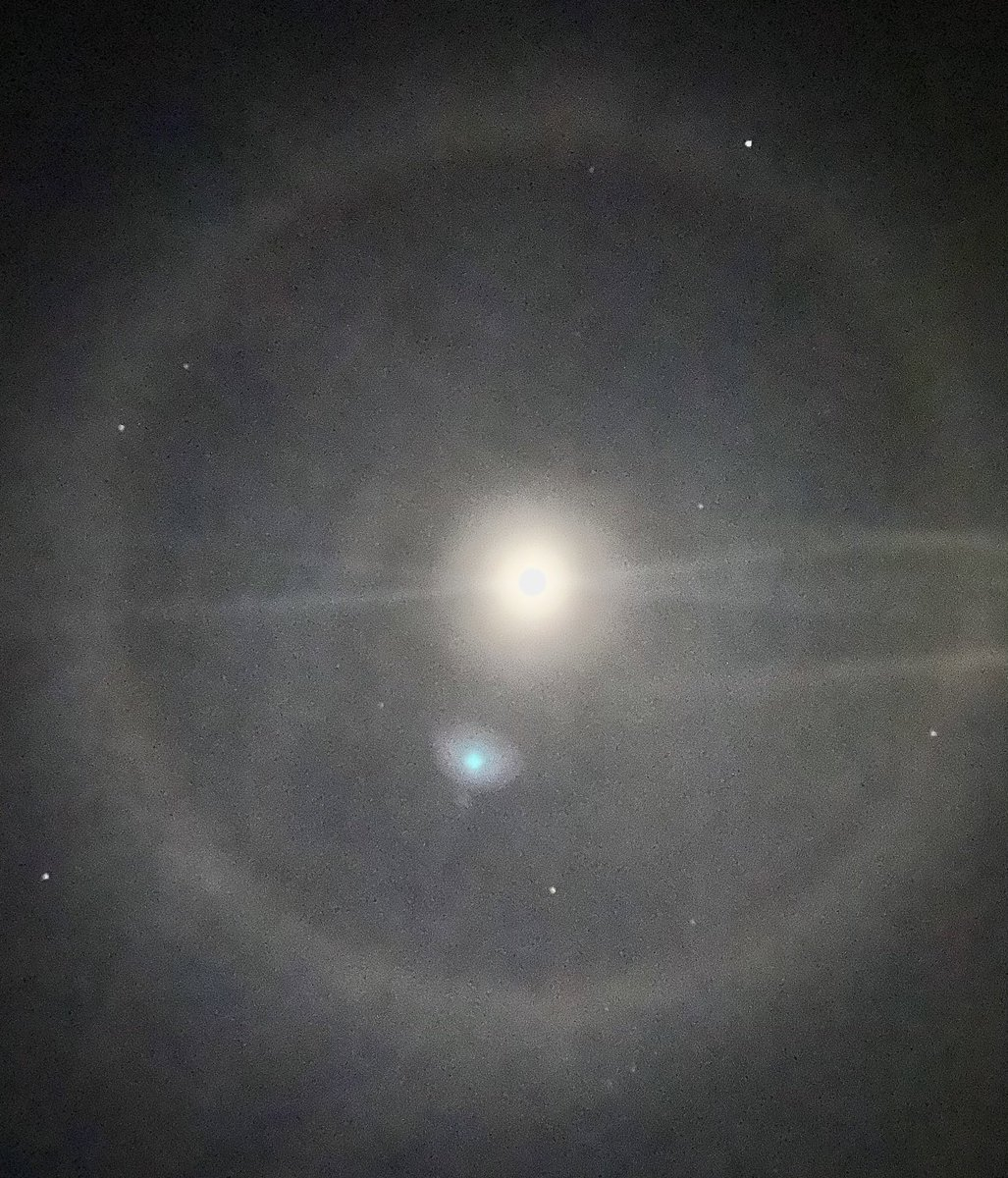 I just went for a walk and thought aliens were gonna land but turns out it's a lunar halo lol how pretty