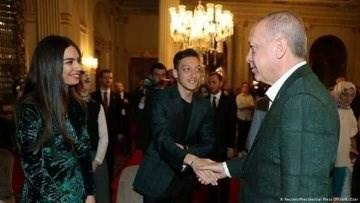 الرئيس #أردوغان يصافح اللاعب التركي مسعود أوزيل بكل حرارة و ينظر اليه بكل محبة