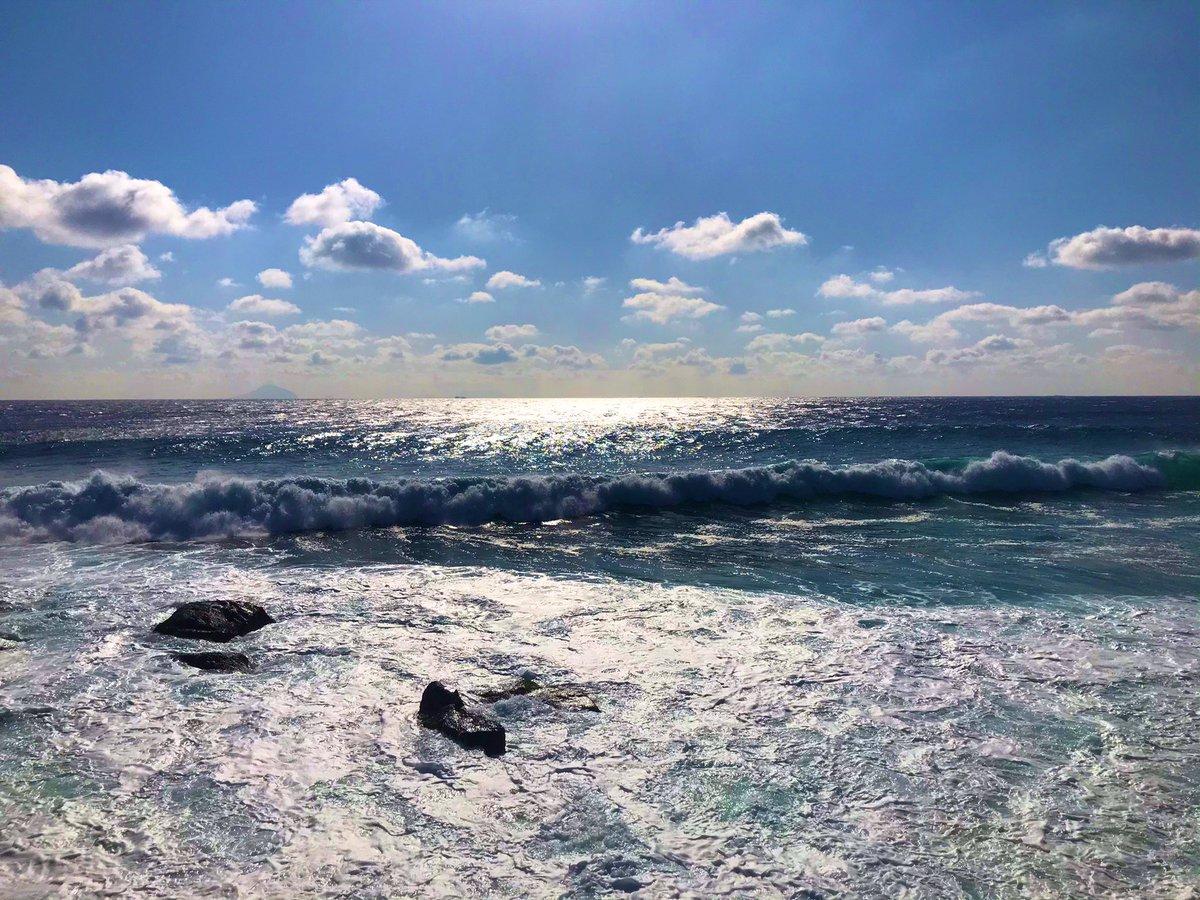 🏄🏻♂️🏄🏻♂️本日の伊豆白浜波情報🏄🏻♂️ 天気は晴れ、強い北東の風サイドオン波のサイズは頭オーバー~海面ガタつきまとまりなくアウトから波数多くクローズアウト ↓写真は稲取池尻海岸 やはり伊豆の海は青い #rvパーク伊豆黒根岬 #稲取 #青い海 #青い空 #NaturePhotography  #sky #ocean #wave #camping