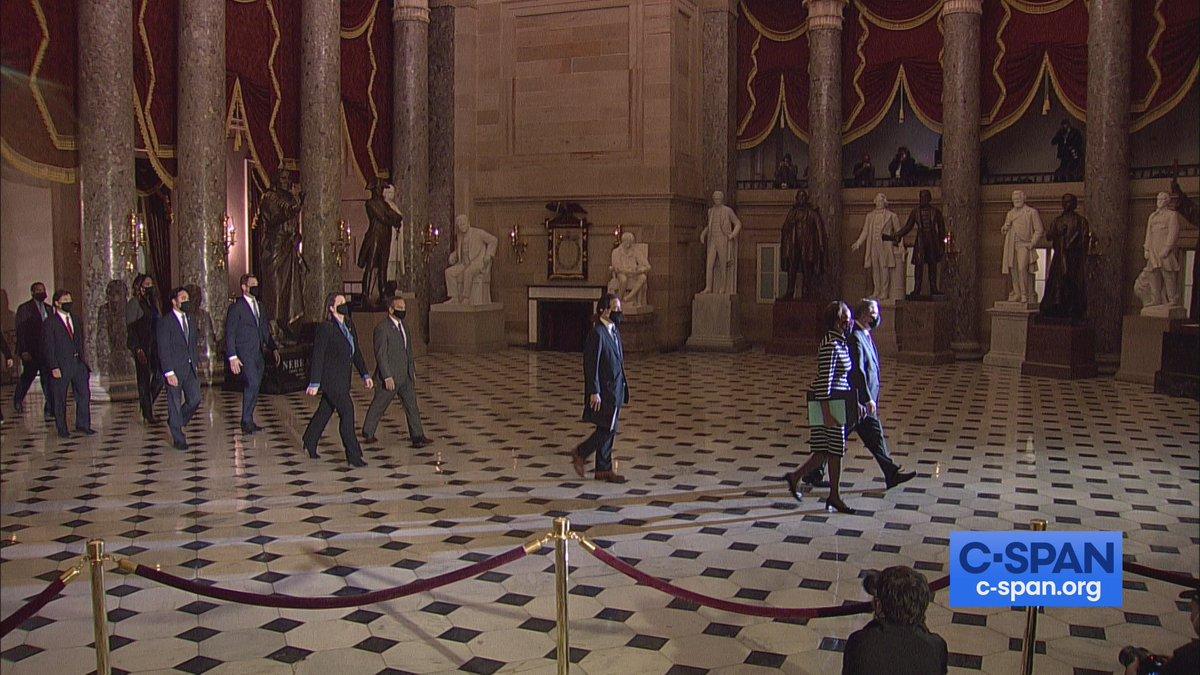 Los nueve congresistas designados como managers del impeachment recorren los pasillos del Capitolio para presentar los cargos contra Trump, aprobados ya en la Cámara de Representantes, ante el Senado