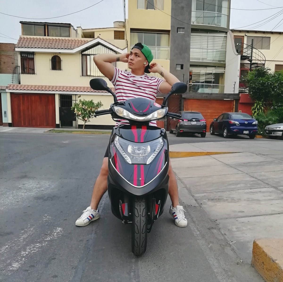Domingueando en dos ruedas! 🛵 Esta bien así o más sexy. 🤭 #millenials #fresh #daddysgirls #positivevibes #domingo #motorcyclez