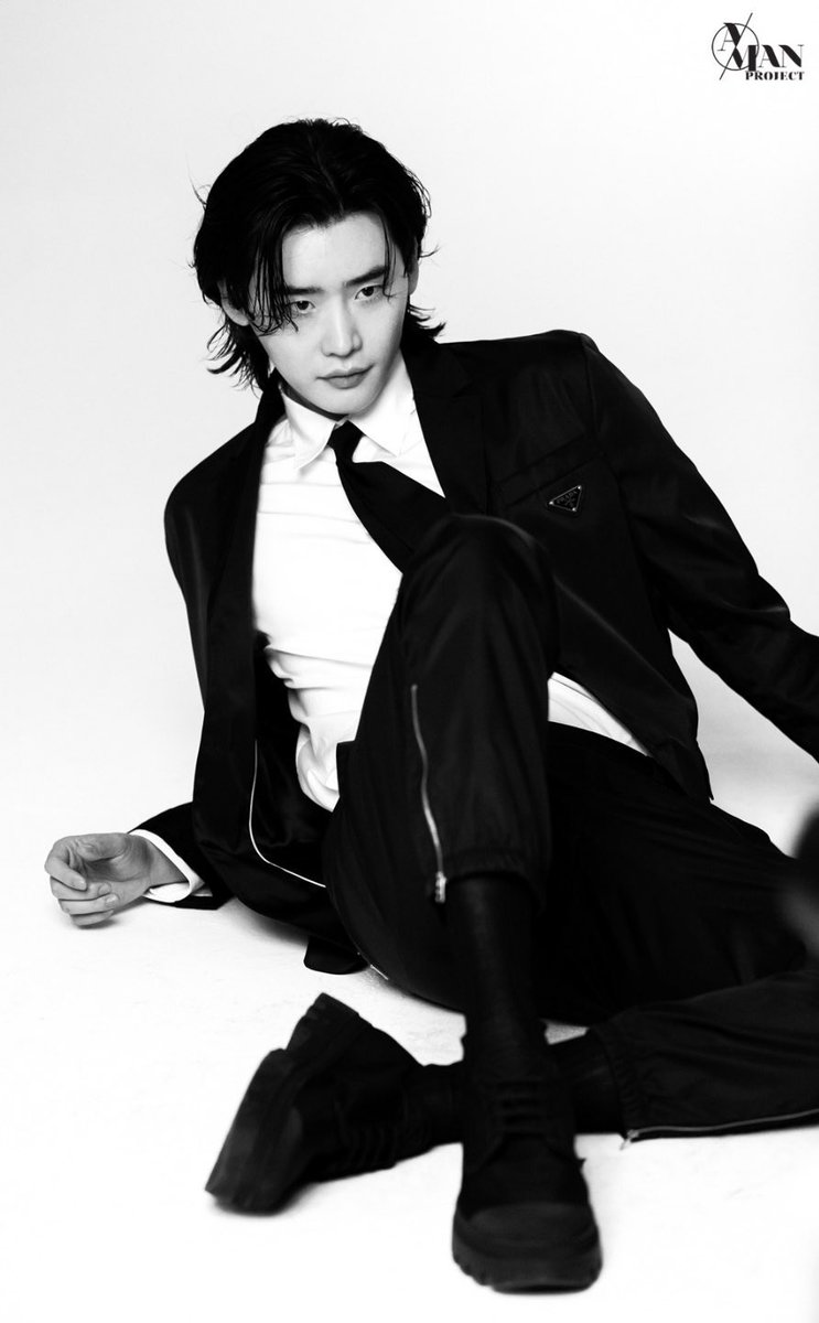 📸 | Novas fotos de Lee Jong Suk x Prada para a Esquire Korea liberadas pela A-MAN, agência do ator.   LEE JONG SUK IS BACK!