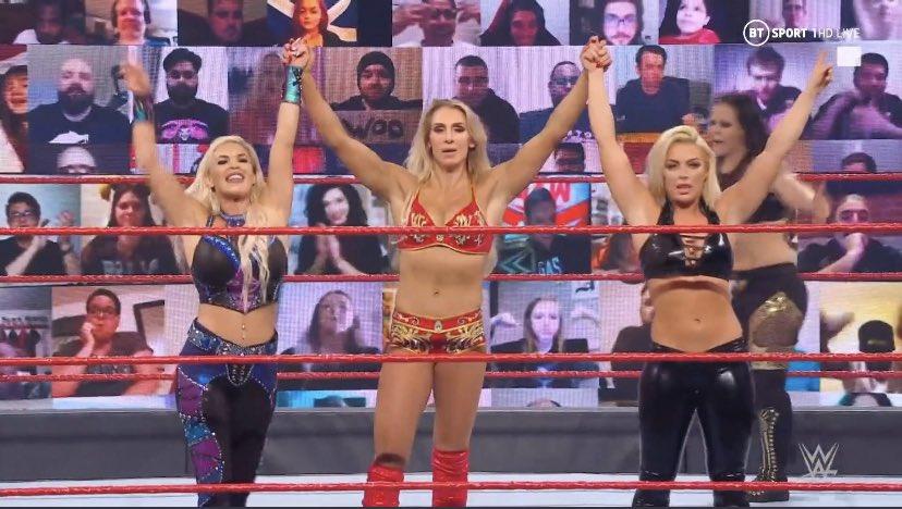 FINAL EXTRAÑÍSIMO 🤔  Charlotte Flair, Mandy Rose y Dana Brooke se llevan la victoria por conteo fuera del ring, Shayna no regresó a tiempo.  Reinician la lucha, se confirma el botch. #WWERaw