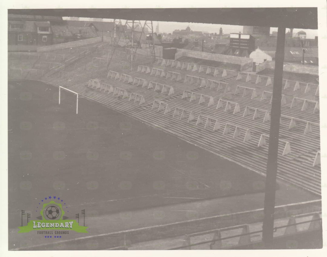 The southern end of St. James' Park is known as the Gallowgate End due to its close proximity to a former location of public executions in #Newcastle up to 1844. This photo dates from 1965 when it was still a simple terrace.  #NewcastleUnited faces #Leeds 1/26 at 10am PST.#NUFC