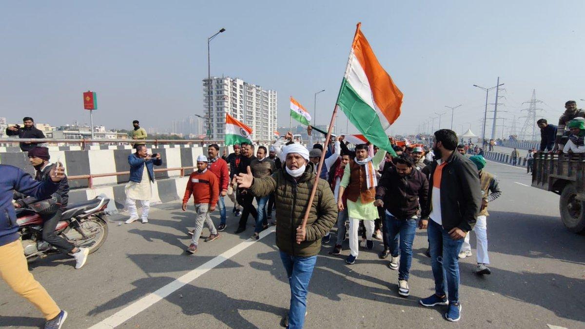 युवा कांग्रेस मजबूती से अन्नदाताओं के संघर्ष में शामिल है। आज गाजीपुर बॉर्डर पर राष्ट्रीय अध्यक्ष श्री @srinivasiyc जी के नेतृत्व में सैंकड़ों की संख्या में कार्यकर्ता किसानों के साथ मिलकर 500 मीटर विशाल तिरंगा मार्च में सम्मिलित होकर दिल्ली कूच कर रहे हैं।