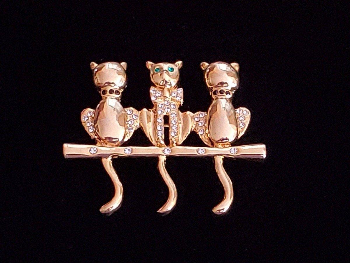 1960s vintage cat brooch | 60s gold tone and rhinestone kitty pin  #vintagefashion #Vintagelifestyle #retrouverbiz #sustainable #fashion #vintageclothing #onlineshopping #Toronto