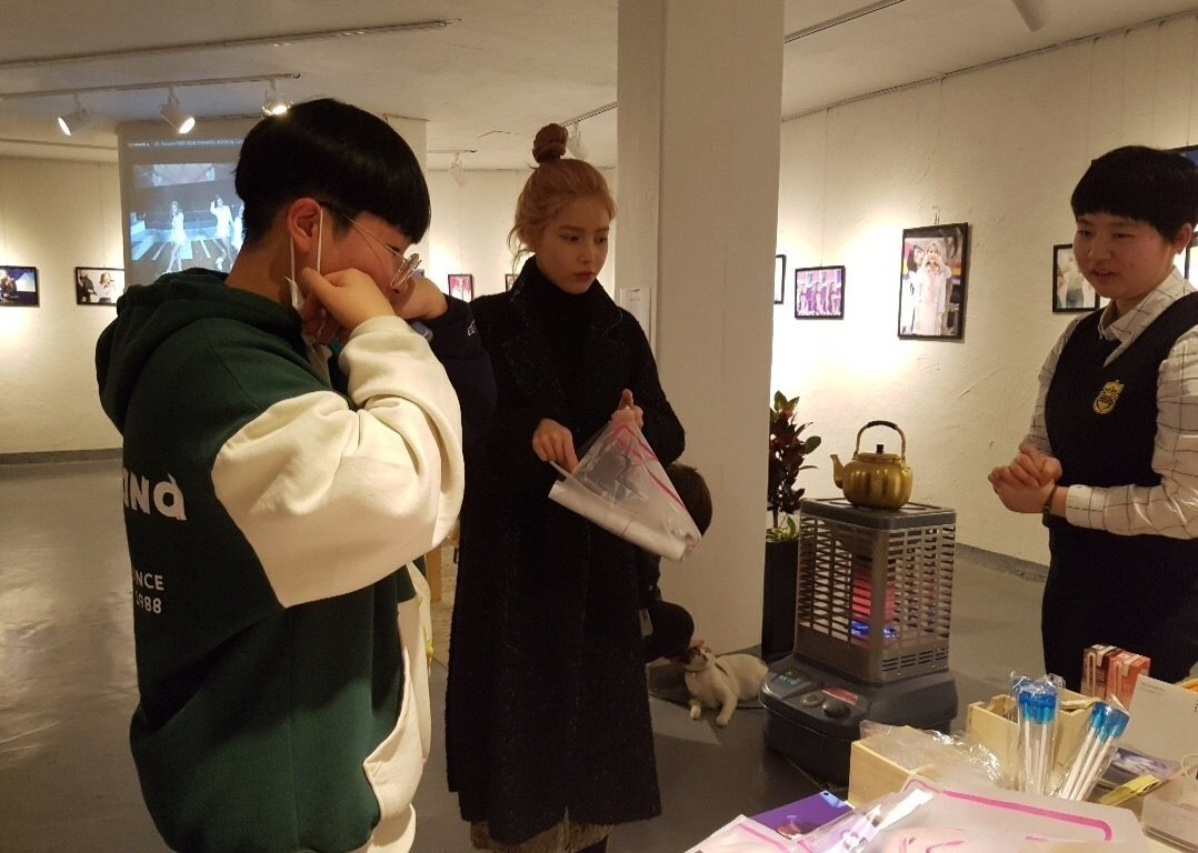 WHEN SOLAR WENT TO HER BIRTHDAY EXHIBITION MOOMOOS HELD BACK IN 2018 THE KINDEST GIRL 😭😭 #솔라 #SOLAR @RBW_MAMAMOO Reply with: Solarsido Best Channel