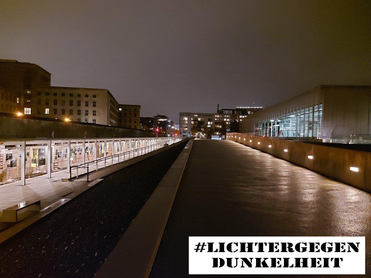 Lichter erinnern morgen, dem 76. Jahrestag der Befreiung von Auschwitz, an die Opfer des Nationalsozialismus und sie sollen auf die Arbeit der vielfältigen Gedenk- und Bildungsstätten, der Gedenkinitiativen und -orte aufmerksam machen.  #LichterGegenDunkelheit https://t.co/Mb90IvDTS4