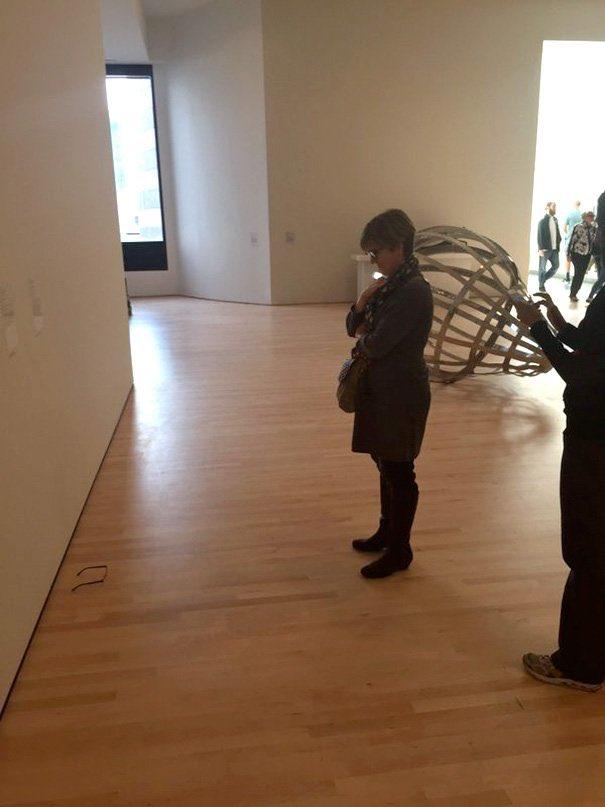 なぜかみんな興味津々?美術館の床にメガネを置いたらアートとして鑑賞し始めた人々w
