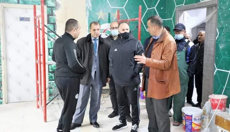 الناخب الوطني جمال بلماضي يتفقد أرضية ميدان ملعب مصطفى تشاكر