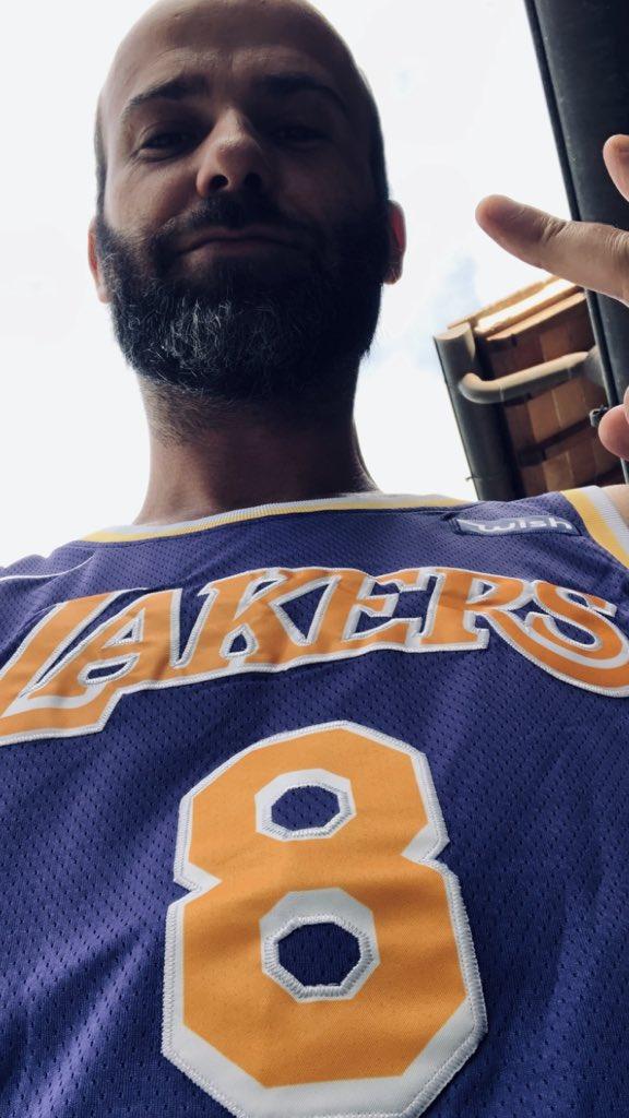 Stamattina sarei voluto uscire di casa così. 12 mesi dopo, ancora non mi sembra vero! Un anno senza Kobe.. #mambaforever #gigibryant