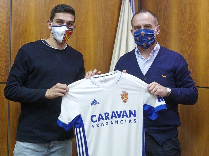 Sanabria y Lapetra posan con la camiseta del Real Zaragoza (Foto: RZ).
