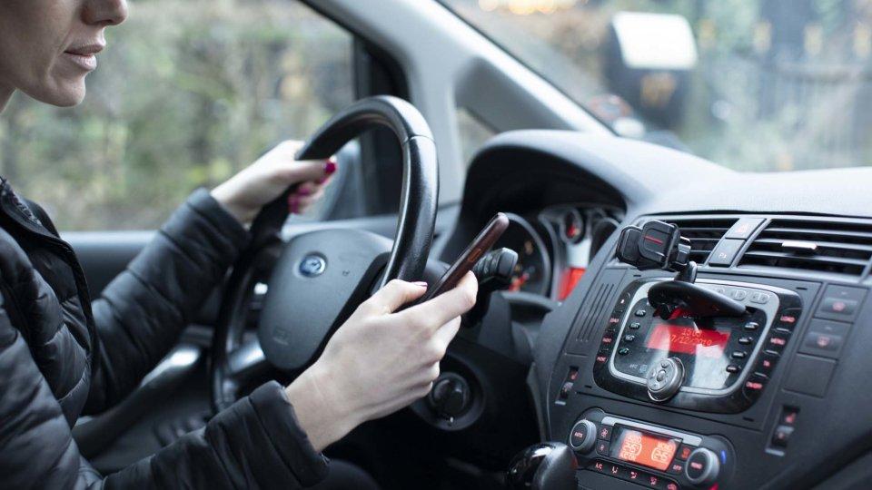 Ved du, hvad bøden er for at bruge håndholdt mobil under kørsel? 🤔 https://t.co/Mr4iPKnOSM