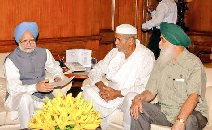 This is how a PM meets and solves the farmer's issue. Dr MMS met Mahendra Singh Tikait on the very 2nd day of the farmers' protest in 2007, Farmers took back their agitation after meeting Dr Singh. 140 farmers didn't have to die before that. Where is Modi?