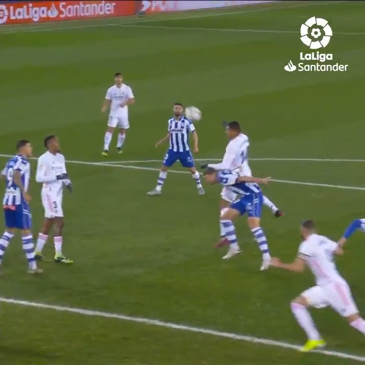 ⚽ Cuarto gol de la temporada en #LaLigaSantander. 💥 Tercer gol DE CABEZA.  💯 ¡@Casemiro, desatado en el área rival!  #AlavésRealMadrid #HayQueVivirla