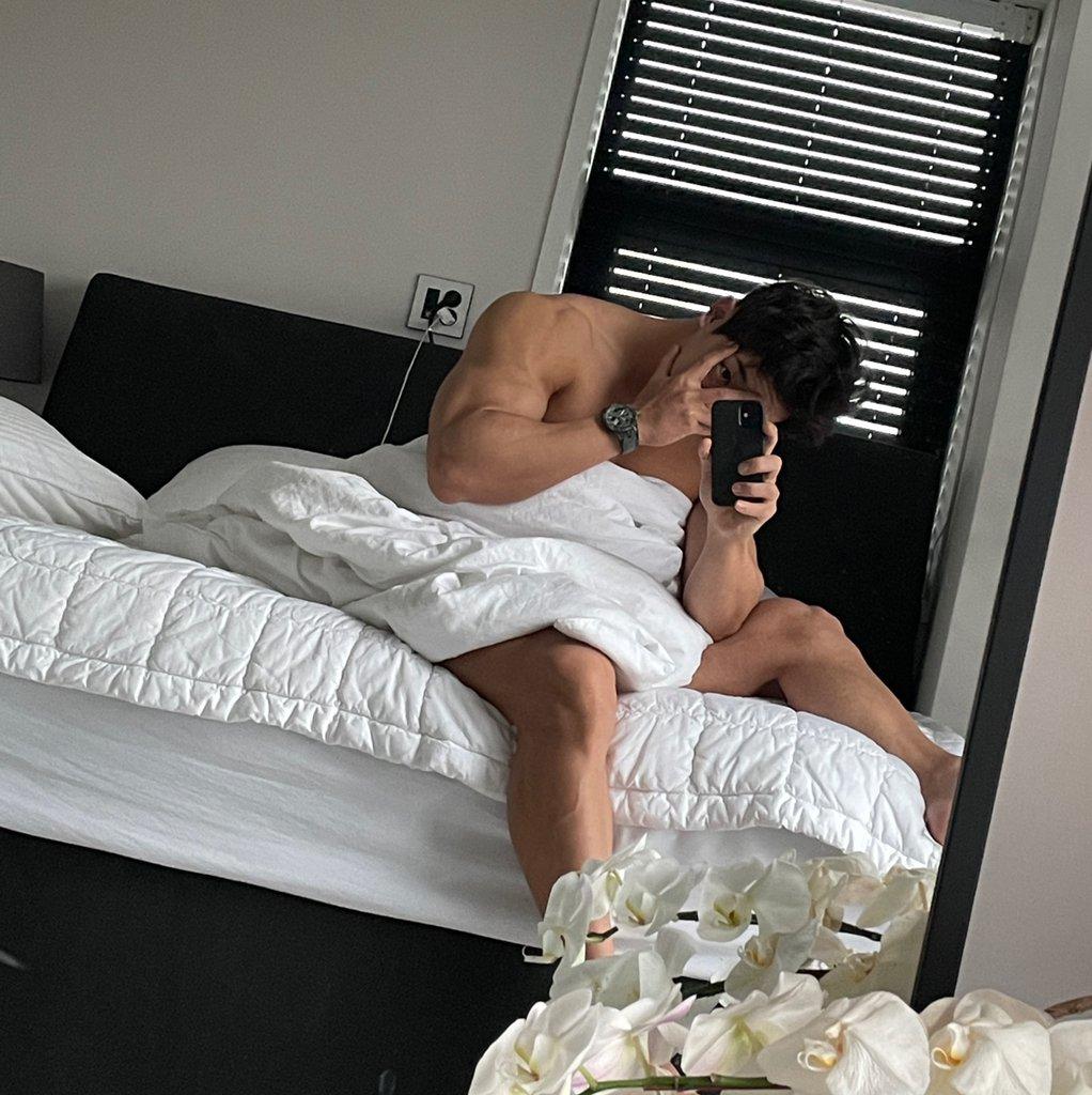"Replying to @BrasilMonstaX: Wonho postou no fancafe  ""Fim da manhã. Bom dia wenee""  ©Rabbiwbebe"