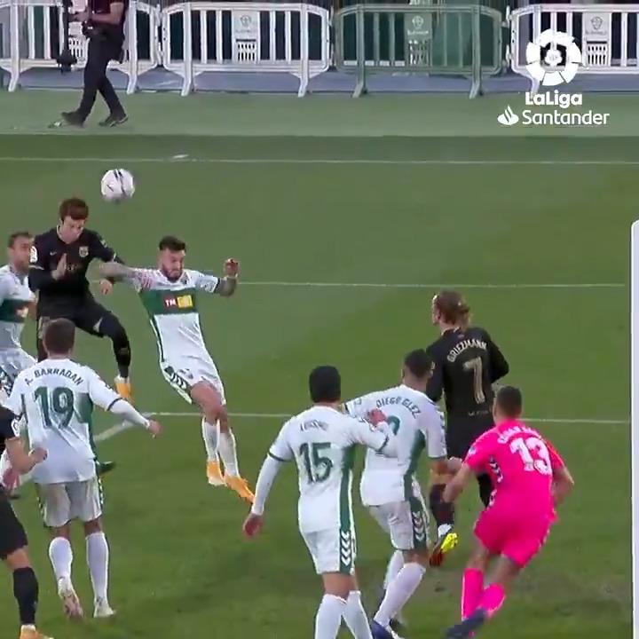 🚀⚽ ¡@RiquiPuig saltó MÁS QUE NADIE en el #ElcheBarça para marcar su primer gol DE CABEZA con el @FCBarcelona_es en #LaLigaSantander!  #HayQueVivirla