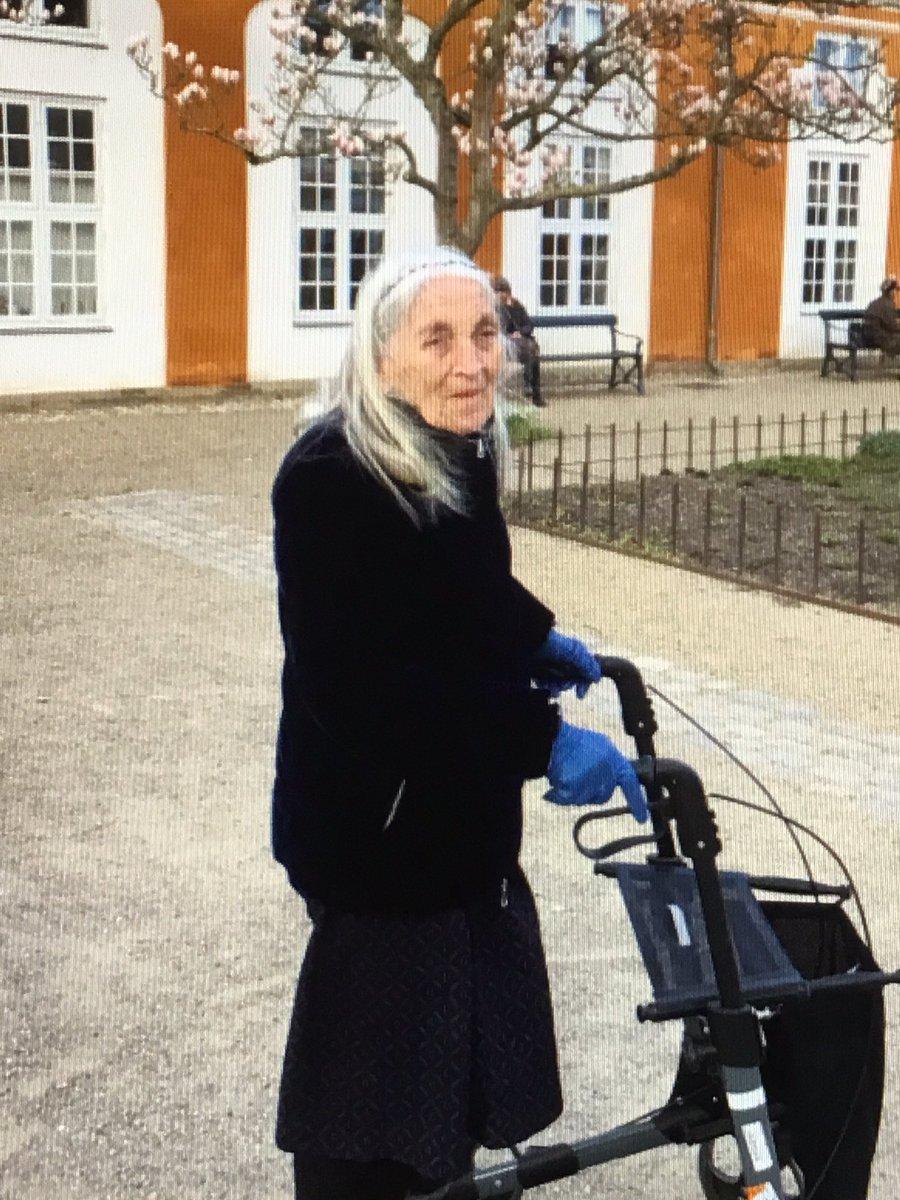 Ældre dement kvinde savnes Hun beskrives som  Kvinde, 90 år, langt gråt hår.  Hun er iført en blå dunjakke, mørkeblå nederdel og blå støvletter. Går med rollator og medbringer en Chihuahua Gået fra Frederiksberg Ring 114 #Politidk https://t.co/Er334ZUf1L