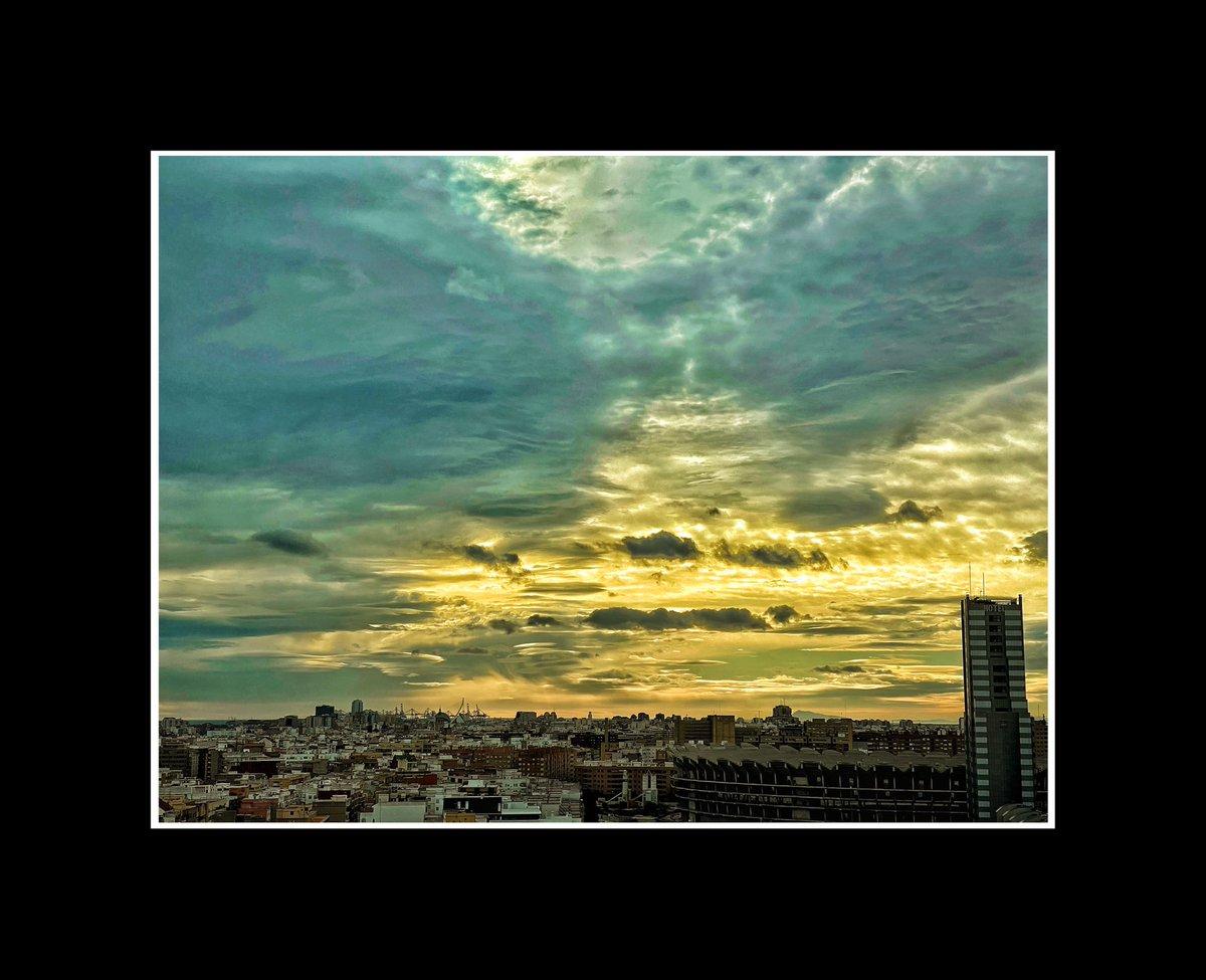 Paisaje urbano de valencia, desde palacio de congresos, la tormenta. #yelow #blue #tormenta #igersvalencia jornada de trabajo en @Dedalus_ES