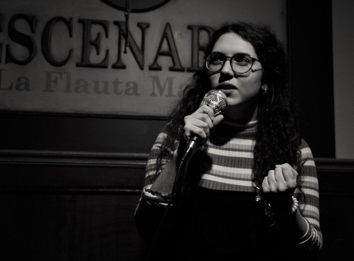 "💋Irene Francolí 💋 Así mira @IreneFrancoli a la gente alta que pasa por ""ses illes"". 🙄 . 📸 @cakeelfunko En Café 'La Flauta Mágica', Madrid . . #monólogo #standup #ibiza #comedia #standupcomedy #cómica #woman #show #crack #work #gracias #crack #artista #💋 https://t.co/s5yYrqwrli"